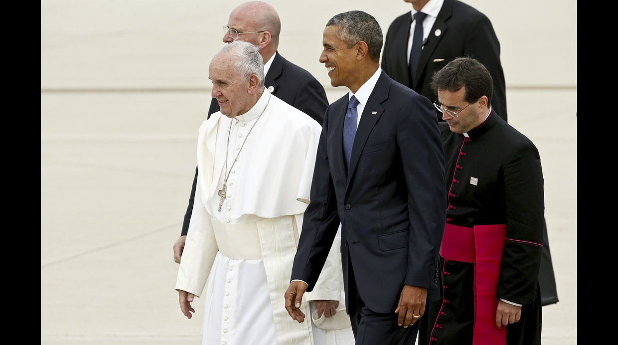 U.S. President Barack Obama (C) walks with Pope Francis as he welcomes him upon his arrival at Joint Base Andrews outside Washington September 22, 2015. REUTERS/Kevin Lamarque