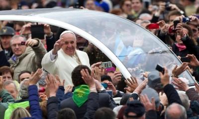 IN05 CIUDAD DEL VATICANO (VATICANO) 26/03/2014.- El papa Francisco saluda a los fieles a su llegada a la audiencia general de los miércoles, en la Plaza de San Pedro, Ciudad del Vaticano, hoy, 26 de marzo de 2014. EFE/Claudio Peri