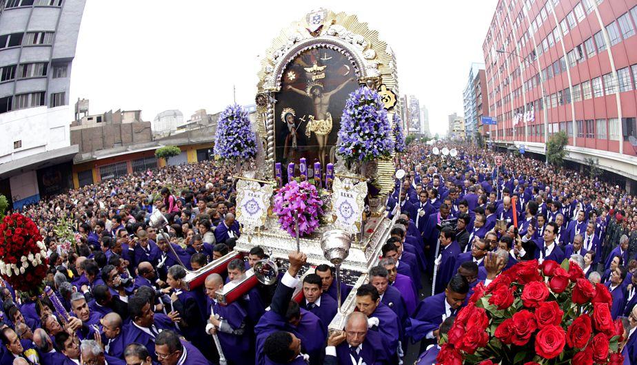 LIM01. LIMA (PERÚ), 18/10/2016.- Fieles católicos participan de la procesión del Señor de los Milagros en el centro histórico de Lima (Perú) hoy, martes 18 de octubre de 2016. EFE/GERMÁN FALCÓN