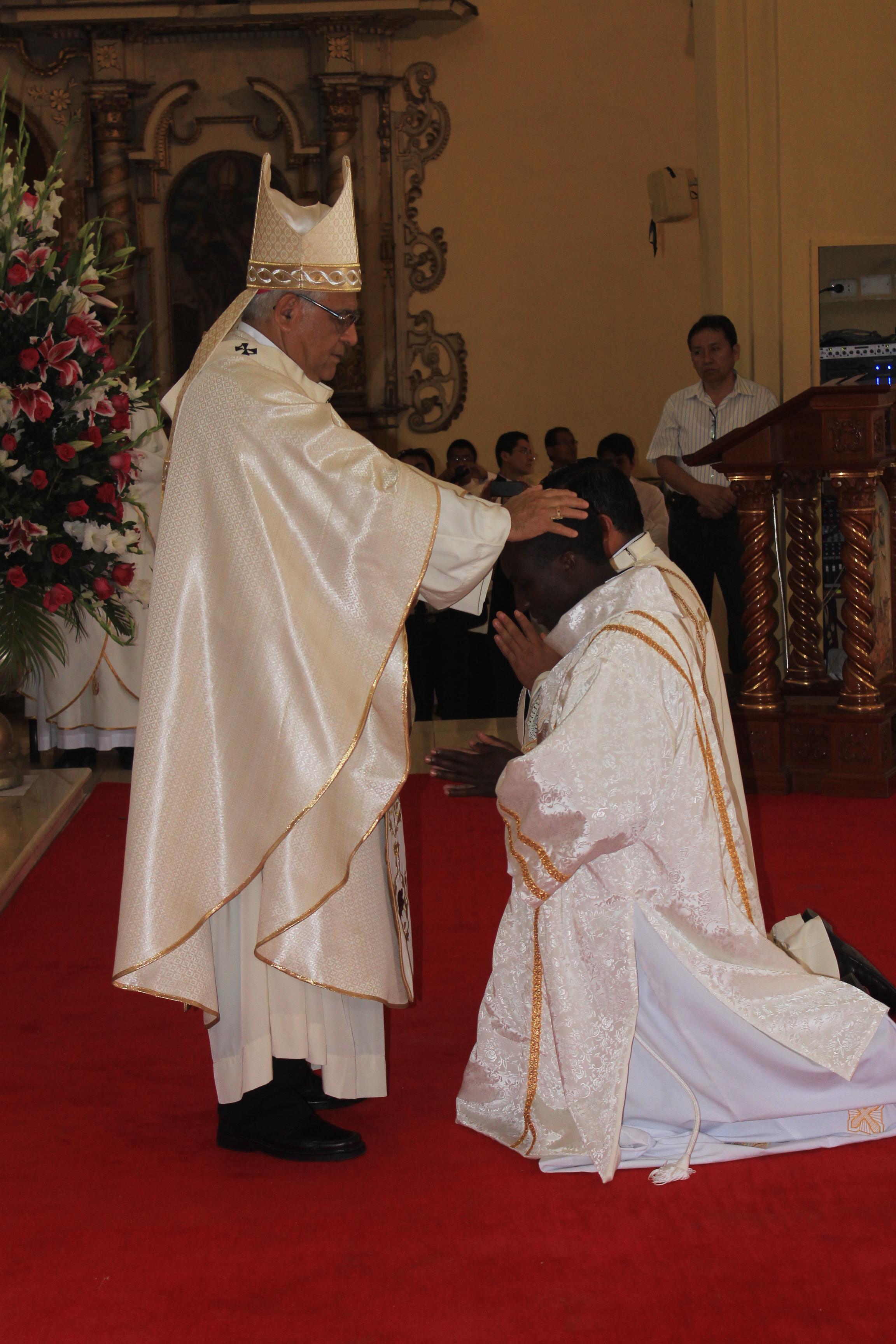 sacerdote-trujillo-peru-catolico