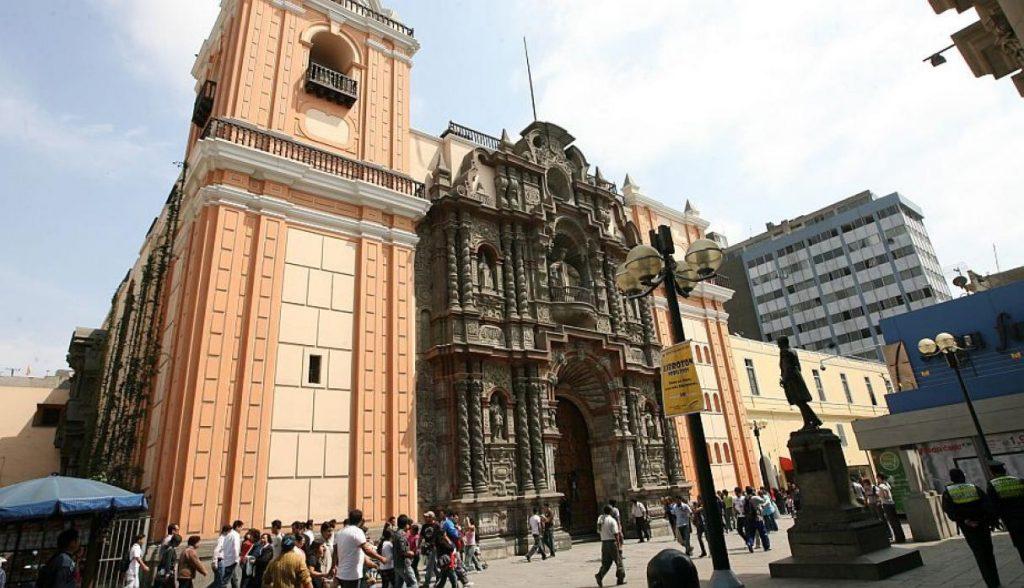 Iglesia de Nuestra Señora de la Merced (Cuadra 6 del Jr. De la Unión) Fue construida en 1535 con un estilo barroco. Dentro reposan los restos del Fray Pedro Urraca. Esta es una de las tumbas más visitada por los fieles. (USI)