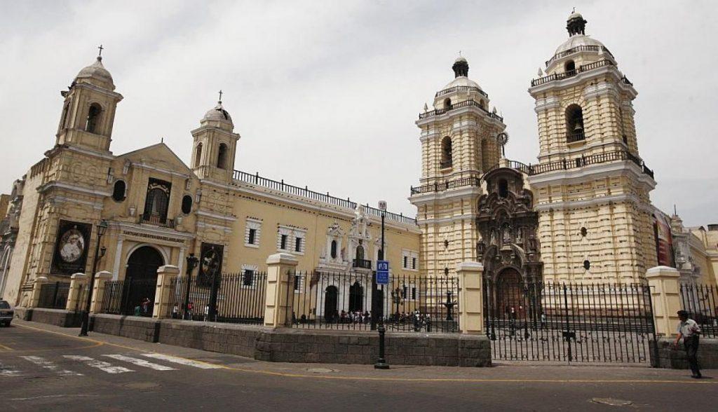 Iglesia de San Francisco (Cuadra 3 del Jr. Ancash) Es famosa por albergar las catacumbas de Lima. Se fundó en 1810 y está compuesta por la iglesia principal, el convento franciscano y la plazuela. El frontis principal está labrado de piedra. (USI)