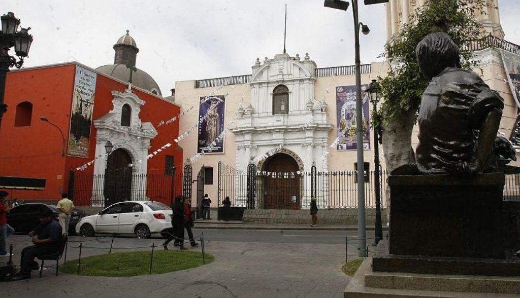 Iglesia de Santa Domingo (Entre los jirones Conde de Superunda y Camaná) Dentro se pueden encontrar los restos de San Martín de Porres y también los principales altares a los santos peruanos como los de Santa Rosa de Lima y San Juan Masías. (USI)